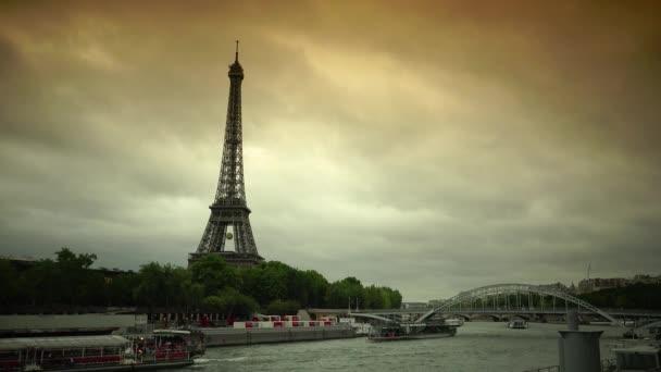 Paříž, Francie-25. července 2015: Iconic Effel Tower Paříž, turisté navštěvují výlety čluny na řece Seine na výlet francouzsky cestování zamračený den (, Ultra HD, UHD, 4k, 2160p) v reálném čase