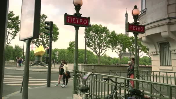 Paříž: Tato bronzová socha, replika té, která se stala součástí sochy svobody, byla umístěna zde jako symbol přátelství mezi Francií a USA. Princezna Diana zemře tady. Ultra HD 4k