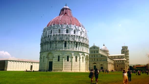 Pisa, Olaszország: a turisták az olaszországi Pisában a pisai dóm ferde toronyra látogatnak. Ultra HD 4k, valós idejű