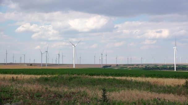 Clusteru větrných turbín vytvoření čisté  obnovitelné energie, 4k ultra hd,