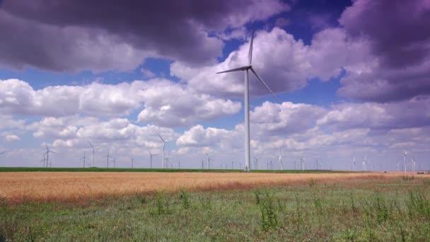 Clusteru větrných turbín vytvoření čisté  obnovitelné energie, 4k ultra hd