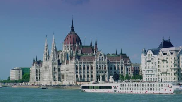 Budapest, Magyarország-szeptember 10: turista hajók a Dunán a magyar Parlament épülete előtt. valós idejű, 4k,