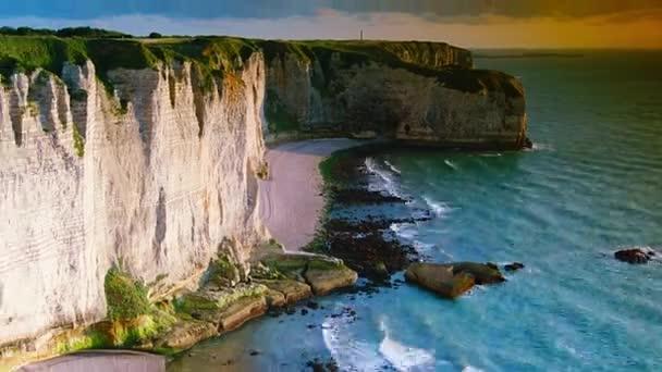 Křídově útesy na Cote d  Albatre. Etretat, Francie, Normandie, čas zanikne, 4k