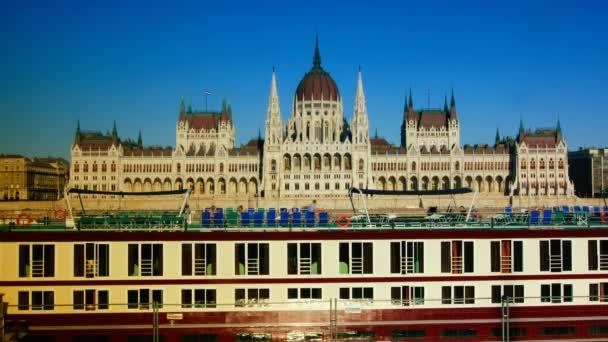 Budapest, Magyarország-szeptember 10: turista hajók a Dunán a magyar Parlament épülete előtt. eltelt idő, 4k,