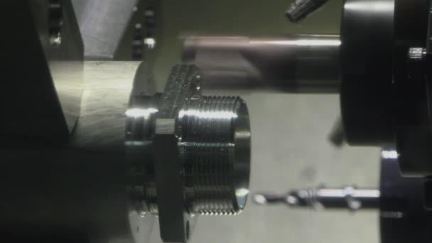 CNC marógép teszi egy acél része egy gyár, Ultra Hd 4k, valós időben, zoom