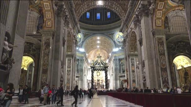 Vatikán, Itálie-cca 2015: lidé chodí do baziliky svatého Petera ve Vatikánu. Bazilika svatého Petra má největší interiér jakéhokoliv křesťanského kostela na světě. Ultra HD 4k, reálný čas, Lupa