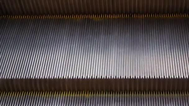 kroky po eskalátoru v metru