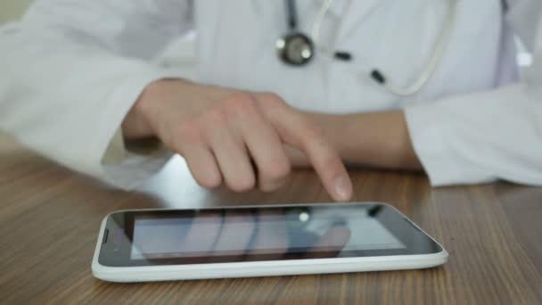 Arzt mit Tablet-PC im Büro