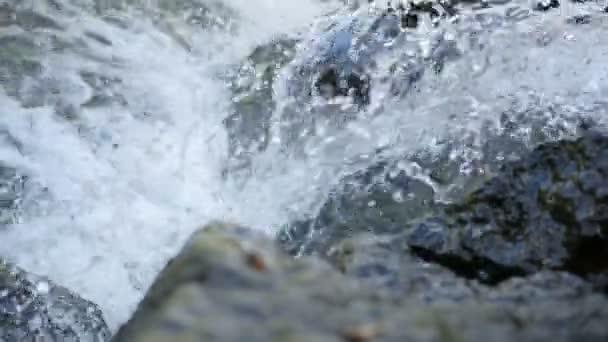 Rychle vodopád v kameny