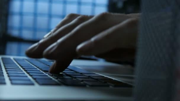 Business Man pracující na přenosném počítači a psaní klávesnice