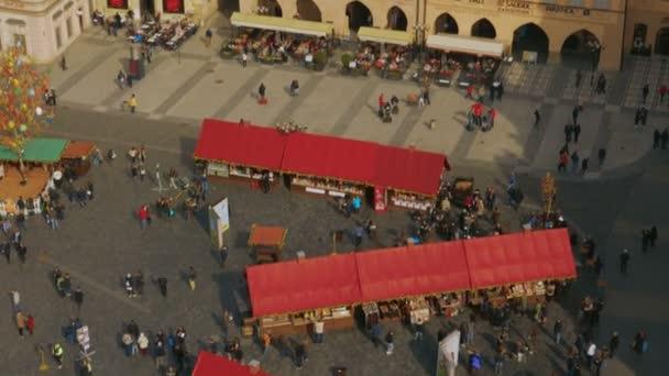 Letecký snímek z pražské Staroměstské náměstí za slunečného dne