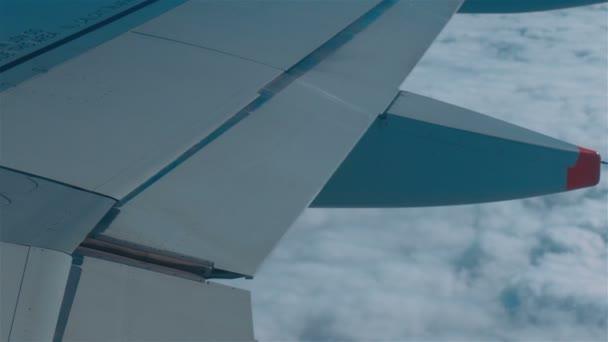 Repülőgép repül át egy réteg felhők
