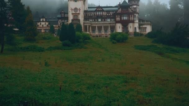 Peles kastély és egy ködös fenyő erdő Sinaia, Erdély, Románia-nagy látószögű Front View