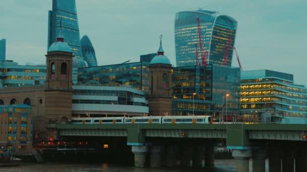 Cannon Street Railway Bridge a finanční čtvrti v Londýně, Anglie, Velká Británie