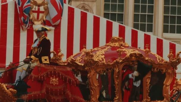 Alderman Salutes Menge aus einem traditionellen goldenen Wagen in London, Großbritannien
