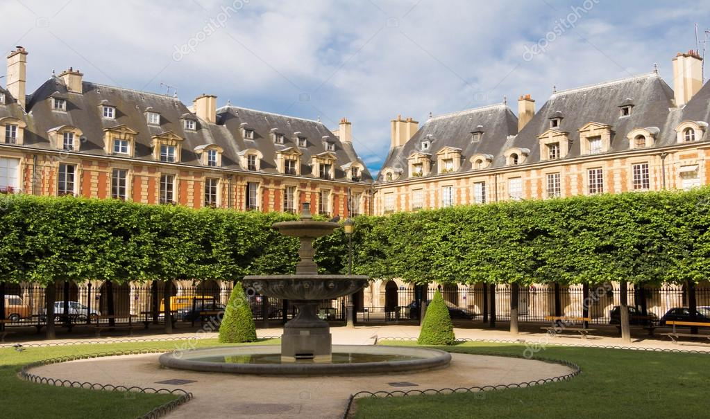 las casas de la plaza des vosges pars francia u foto de stock