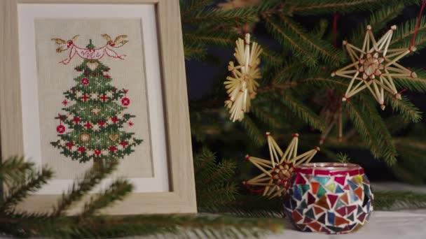Kreuzstich und hölzernen Verzierungen für Weihnachtsbäume