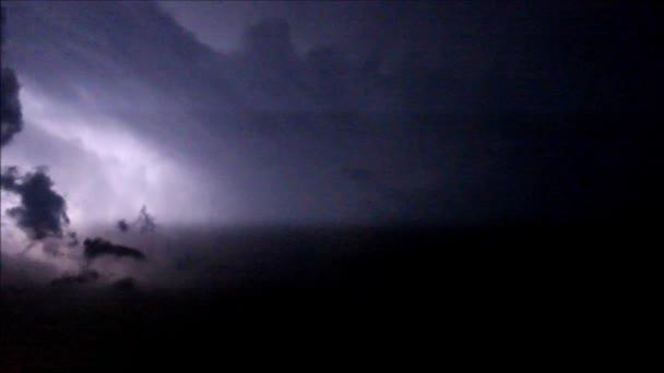 noční blesk v oblacích před bouří a bouře 14 července 2016 Moskva