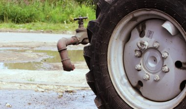 watering nozzle, wheel and valve  the tractor for irrigation water in the city streets.