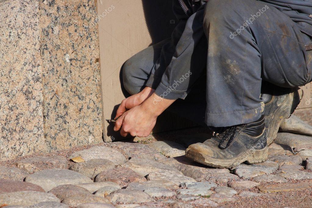 Lavoratore Chiude Finestre Del Seminterrato Con Compensato ...