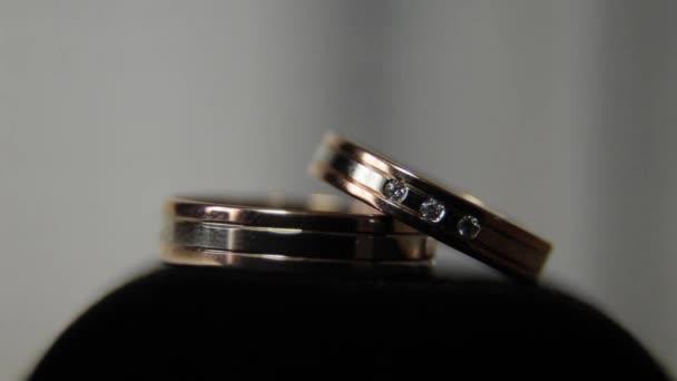 Zlaté prsteny v lehké closeup
