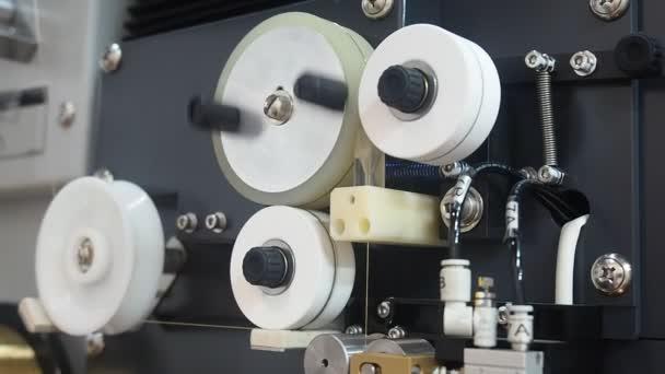 EDM-Maschinen arbeiten mit Draht Rotation — Stockvideo © jalisko ...
