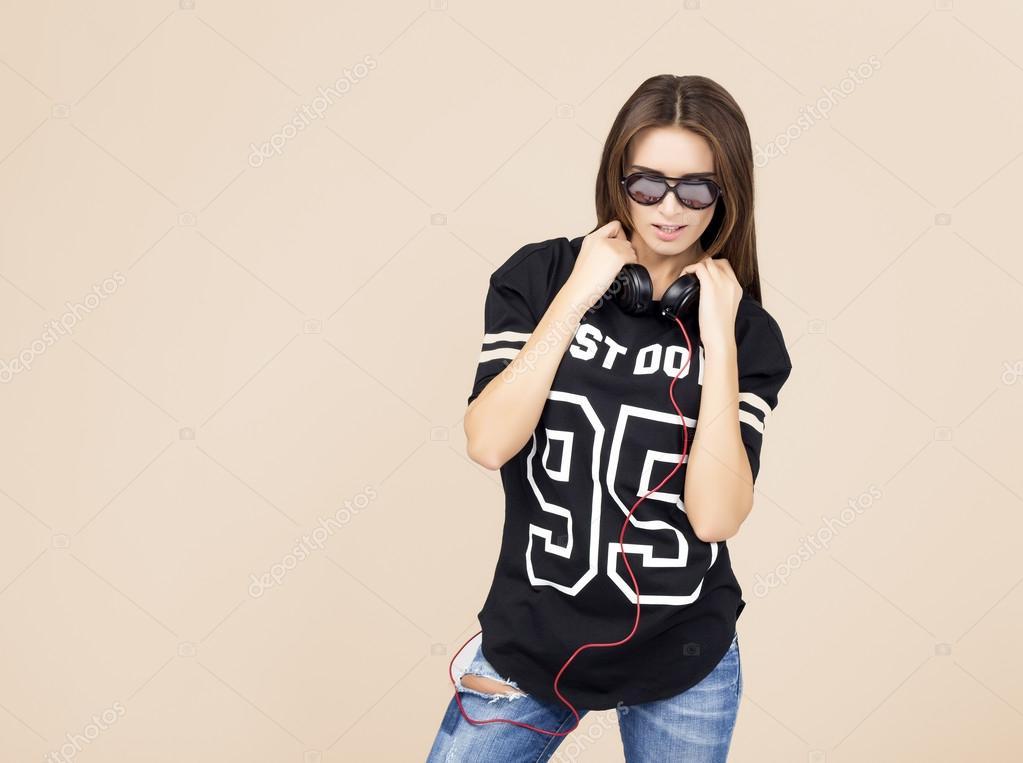 9855235184 Brunette sorridente. Bella ragazza di · Dj Donna con auricolari in jeans e  camicia nera — Foto di wehands