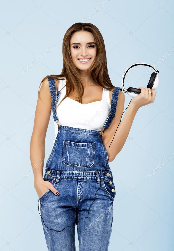 b48e0fac15 Brunette sorridente. Bella ragazza di · Dj Donna con auricolari in jeans e  camicia bianca — Foto di ...