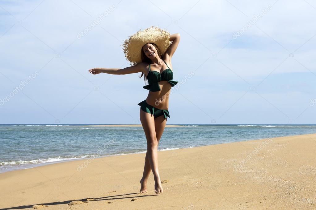 девушки на пляже в бикини фото