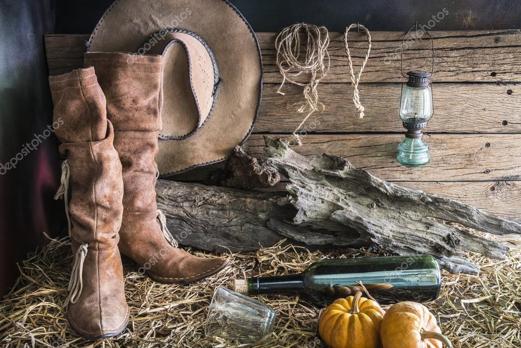Fotografía de Bodegón con tradicionales botas y sombrero de vaquero de  rodeo marrón de oeste americano fondo vintage granero Rancho — Foto de  waewkids 6bc7cc76825