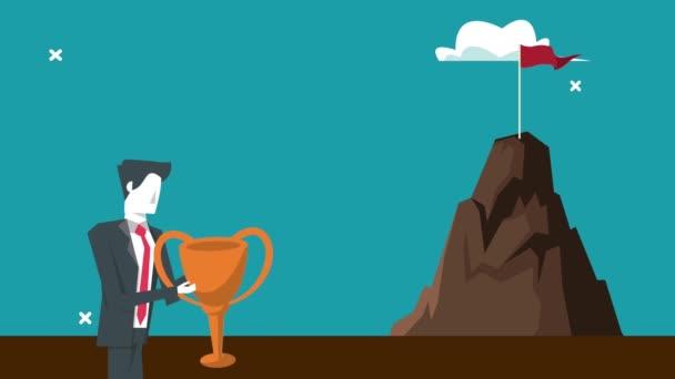 eleganter Geschäftsmann hebt Pokal und Bergerfolg in die Höhe