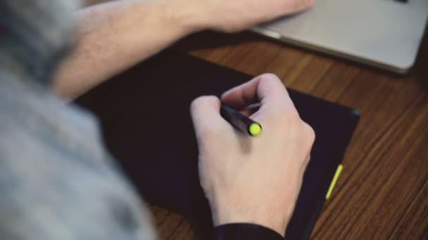 Muž ruce pracují na grafický tablet.