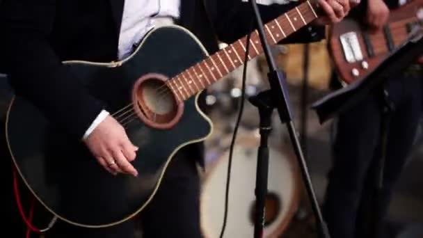 kytarista hraje akustická kytara.