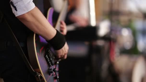 gitáros játszott egy elektromos gitár