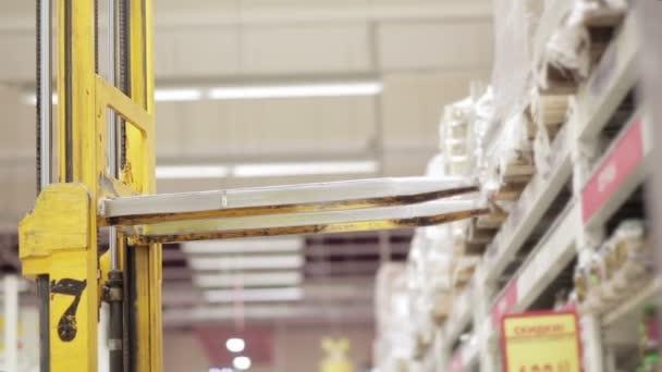 Vysokozdvižné vozíky načte zboží v supermarketu