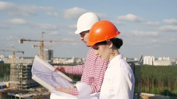 Architekt a inženýr, diskutuje o projektu