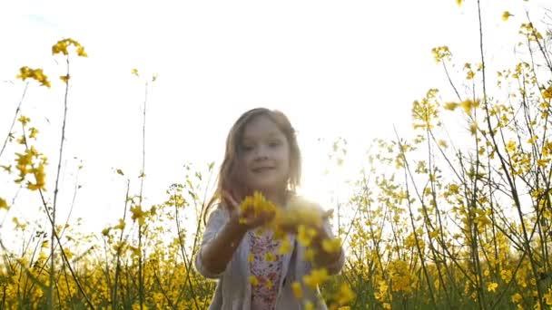 malá holčička sbíráme květy a vrhněte se lístky