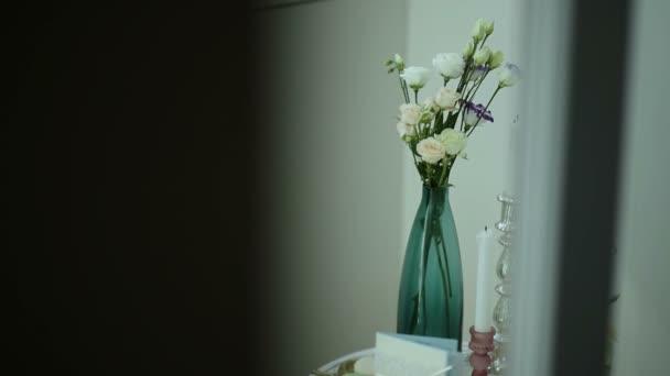 Candele e fiori Composizione decorativa dellannata