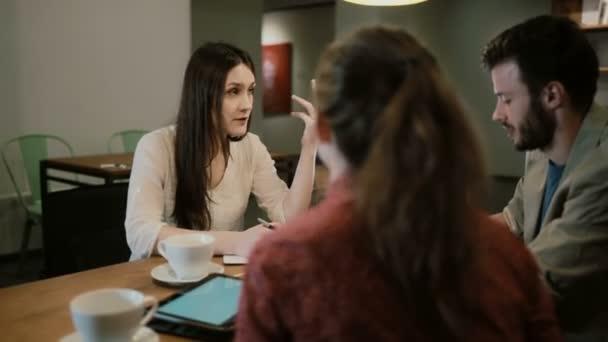 Tvůrčí Týmová diskuse pracují společně v kavárně