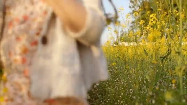 dívka a chlapec běží přes pole při západu slunce.