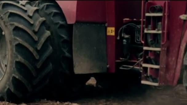 Zemědělský traktor, orat pole před setím, otáčení dozadu před kamerou. detail