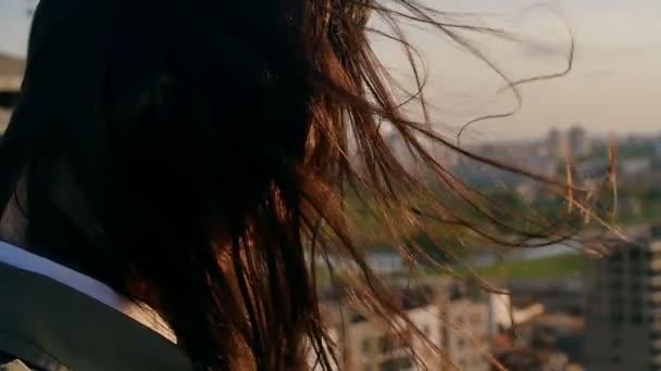 Hinten Sie Ansicht Von Close Up Wind Bläst Lange Dunkle Haare