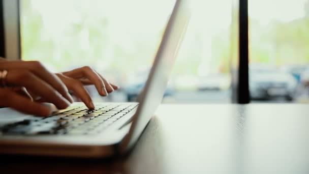 Nő gépelés-on laptop, számítógép-kávézóban. csúszka balra
