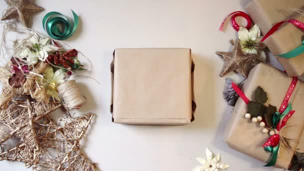 Pohled shora. balící vánoční dárky. stop-motion