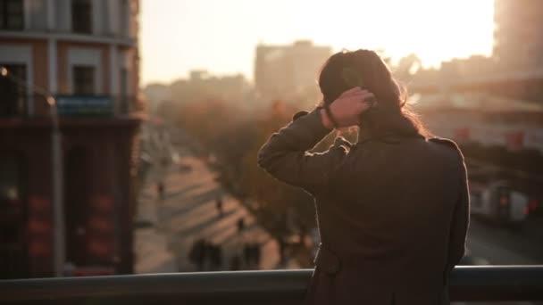 krásná mladá dívka se dívá na město