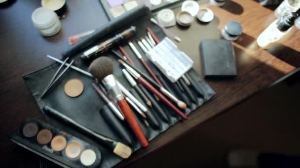 Nástroje štětec a oční stíny make-up