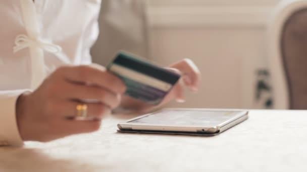 Žena, nakupování online, s tabletem. přes sklo