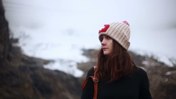 Tramp žena při pohledu na horské krajiny