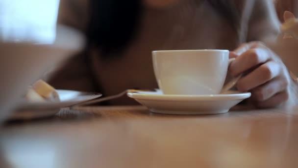 Frau gießt heißes Wasser aus dem Kessel in die Tasse — Stockvideo ...