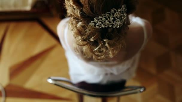 vlasy girl nevěsty s kadeří a krásná sponka
